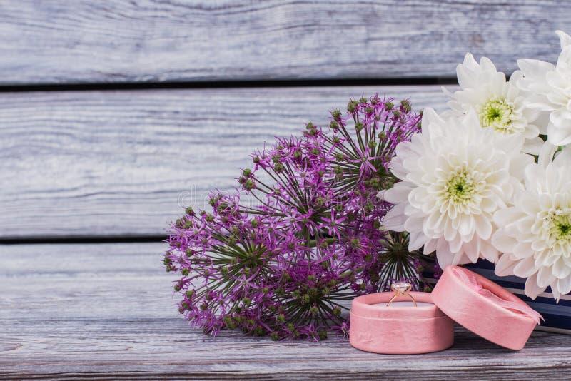 Кольцо в цветках подарочной коробки близко вверх стоковое фото rf