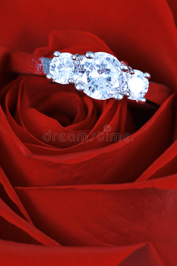 кольцо диаманта подняло стоковое изображение