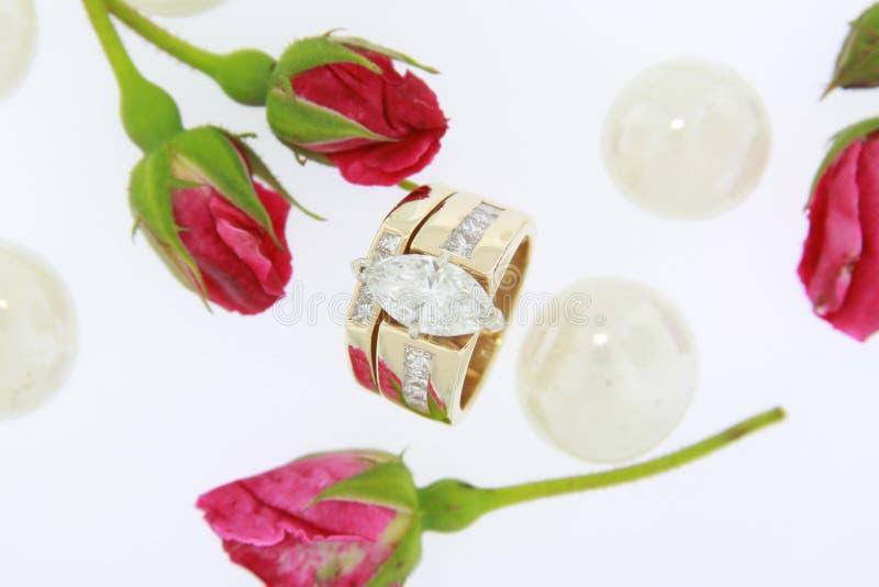 Download кольцо диаманта стоковое изображение. изображение насчитывающей цветок - 6853289
