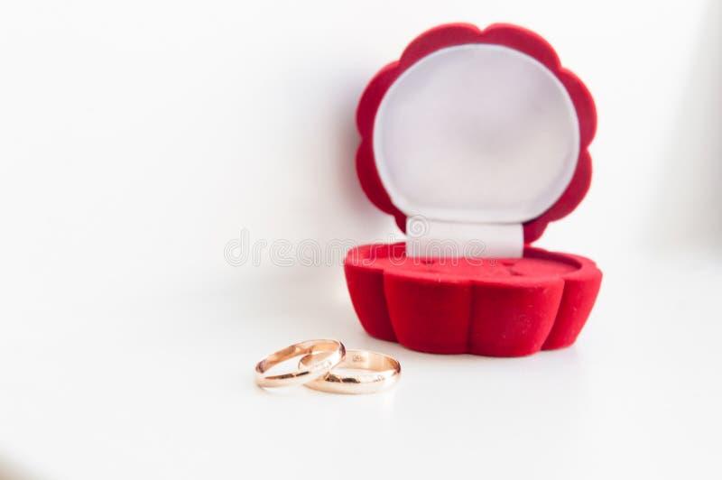Кольцо золота свадьбы 2 в красной коробке изолированной на белой предпосылке стоковые изображения rf