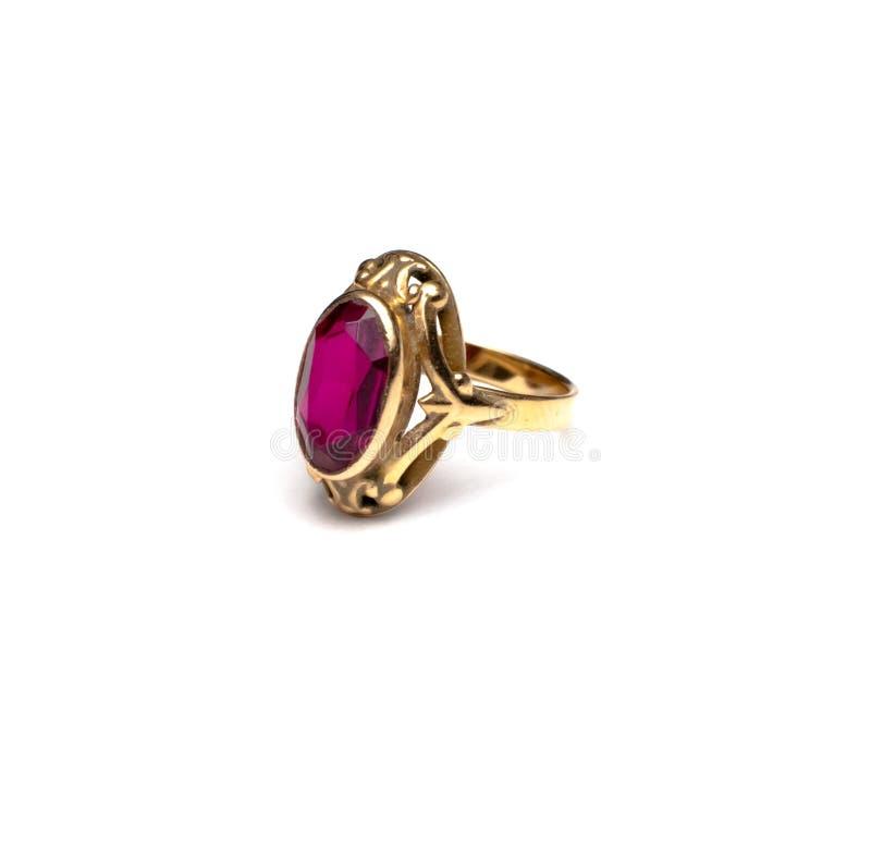 Кольцо золота с красной драгоценной камнем стоковое фото