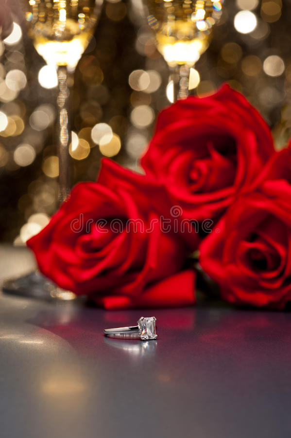 Кольцо и розы ювелирных изделий стоковые изображения rf