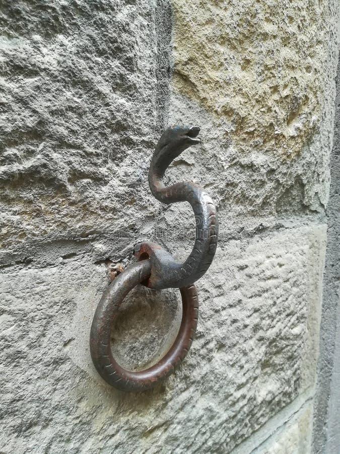 Кольцо металла древней стены для того чтобы связать лошадей стоковая фотография