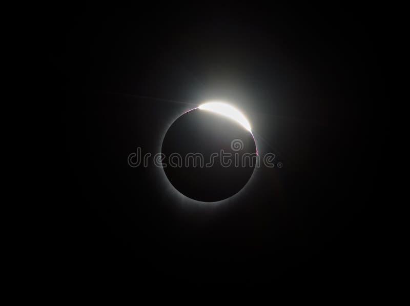 Кольцо с бриллиантом во время полного солнечного затмения стоковое фото rf
