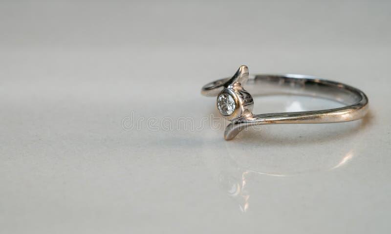 Кольцо с бриллиантом крупного плана старое на запачканной мраморной предпосылке пола стоковое фото rf