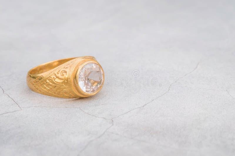 Кольцо с бриллиантом крупного плана старое на запачканной предпосылке пола цемента стоковые фото