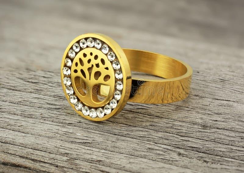 Кольцо с диамантами, форма ювелирных изделий дерева, на деревянной пре стоковое фото rf