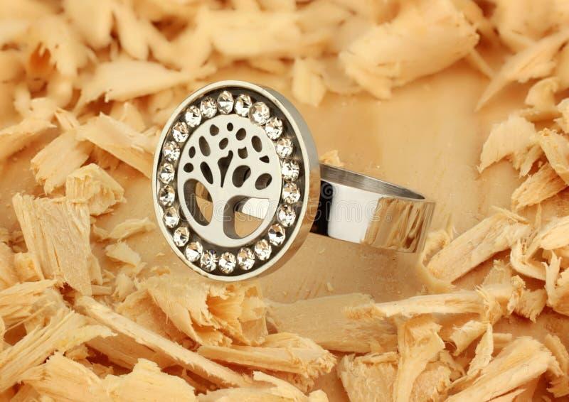 Кольцо с диамантами, форма ювелирных изделий дерева, на деревянной пре стоковое изображение rf