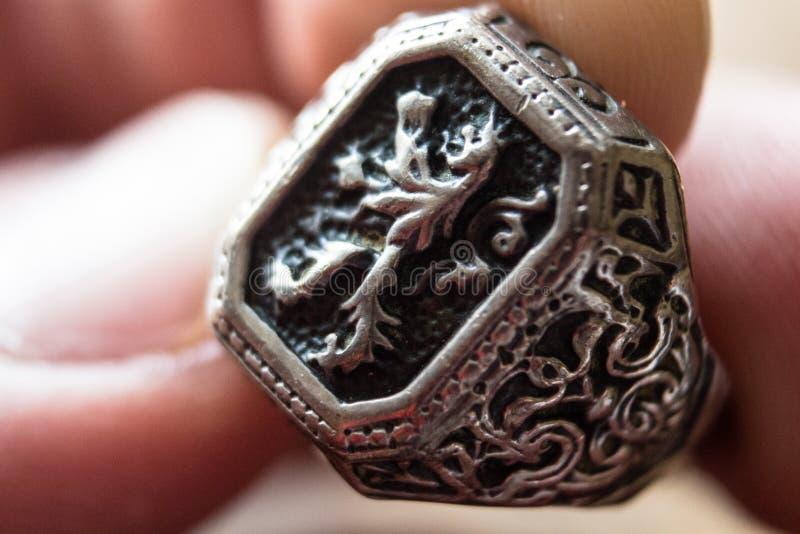 Кольцо человека с гербом льва стоковые фото