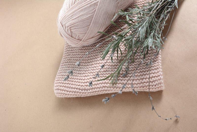 Кольцо шерстяной пряжи для вязания, шарф для бейджей и кучка сушеной лаванды стоковые фотографии rf