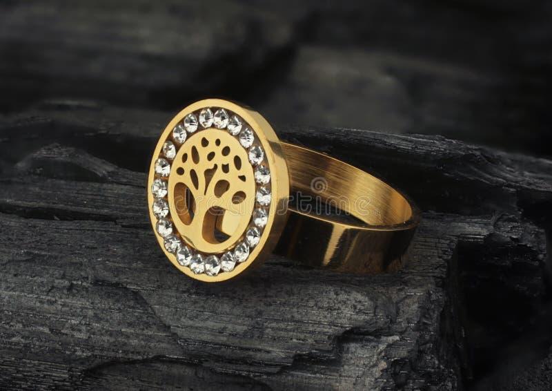 Кольцо ювелирных изделий с диамантами, на черной предпосылке текстуры стоковое изображение