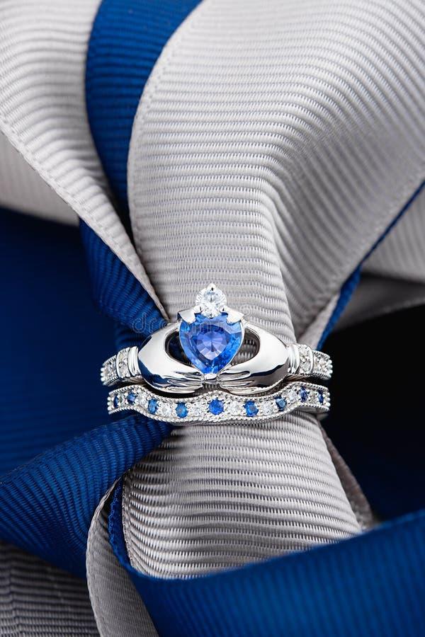 Кольцо Claddagh с голубым топазом на предпосылке ленты стоковое изображение rf