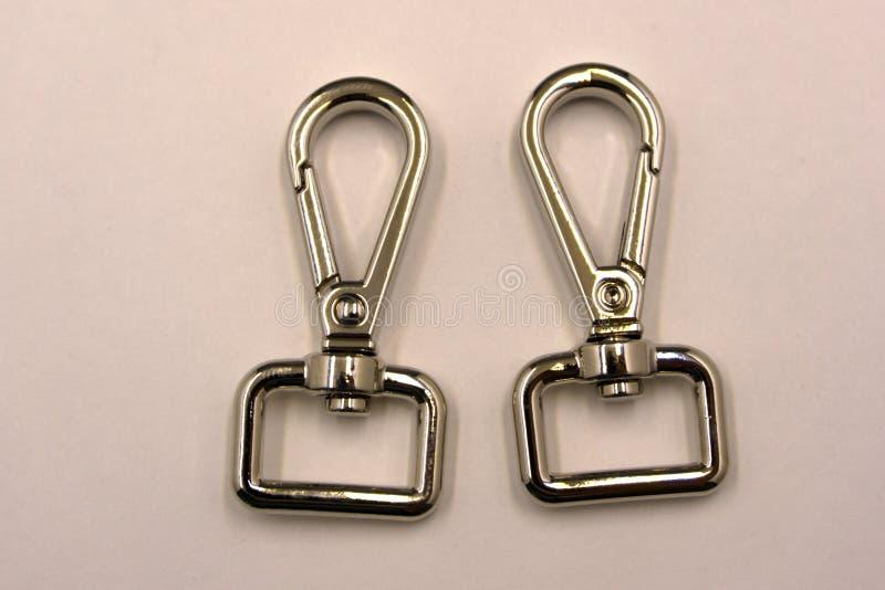 Кольцо d и крюк шарнирного соединения щелчковый установили на белую предпосылку стоковые фотографии rf