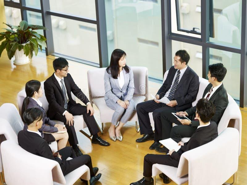 Команда азиатских бизнесменов встречая в офисе стоковые изображения