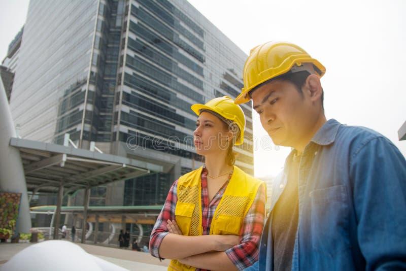 Команда архитектур стоя на строительной площадке смотря p стоковая фотография