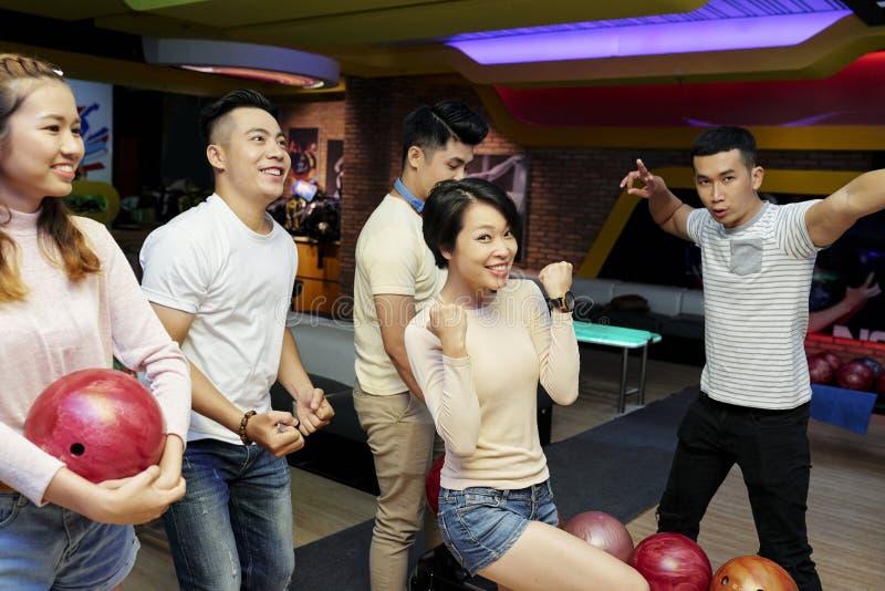 Команда боулинга празднуя победу стоковое изображение rf