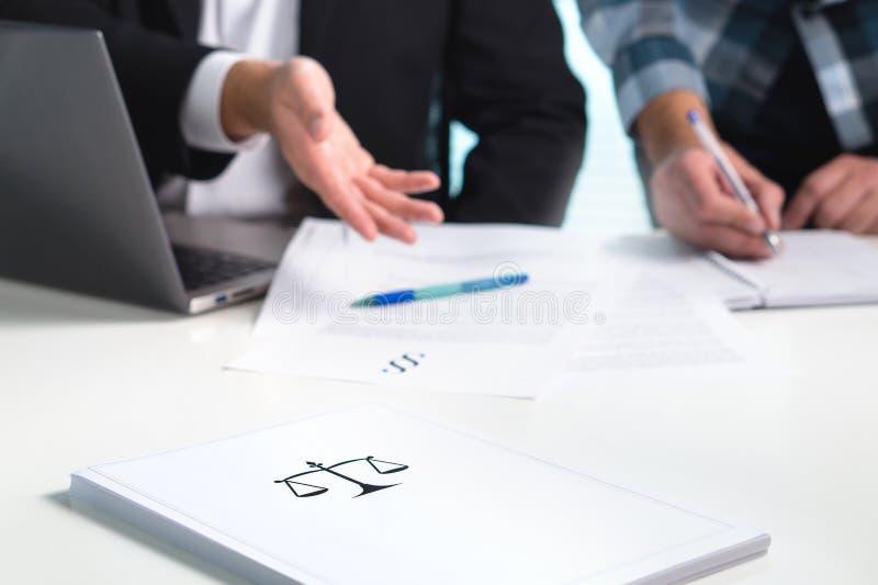 Команда в юридической фирме работая в офисе Юристы обсуждая стоковые фото
