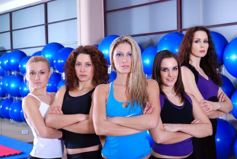Команда девушок в центре пригодности стоковое изображение rf