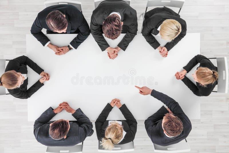Команда дела указывая на чистый лист бумаги стоковая фотография rf