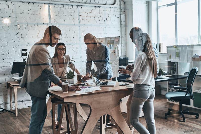 команда дела успешная Группа в составе молодые современные люди в умном стоковое изображение