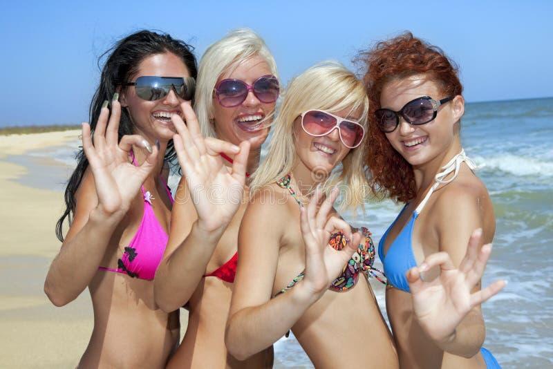Команда друзей имея потеху на пляже стоковое фото rf