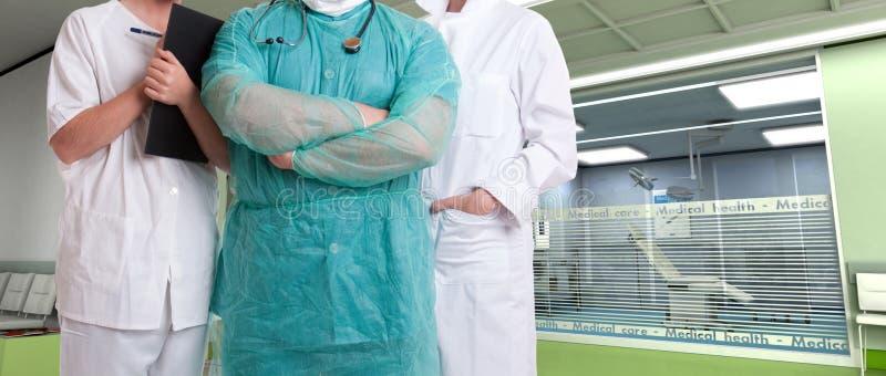 Команда здравоохранения на больнице стоковое изображение rf