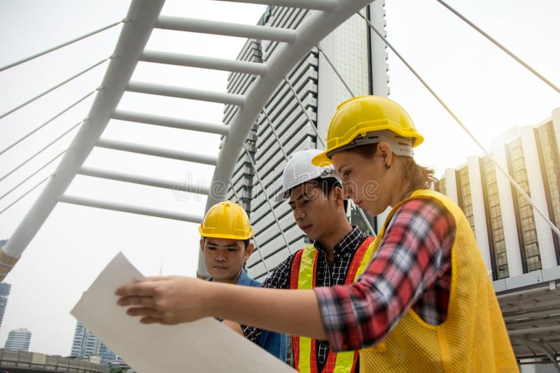 Команда молодых женщин и мужских инженеров работая на строить pro стоковые изображения
