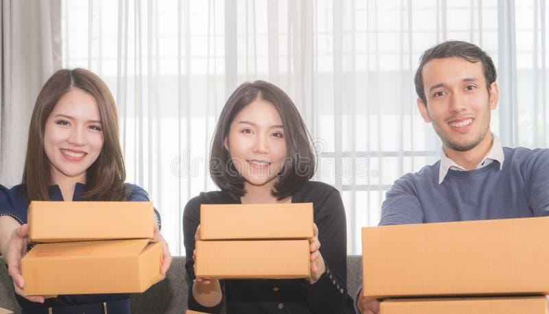 Команда обслуживания готова вручить вне коробки продуктов к онлайн клиенту стоковое изображение