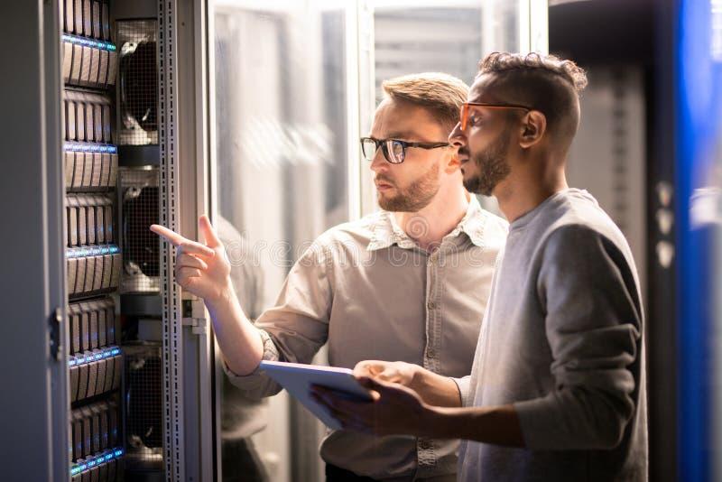Команда специалистов управляя сетевым сервером стоковая фотография rf