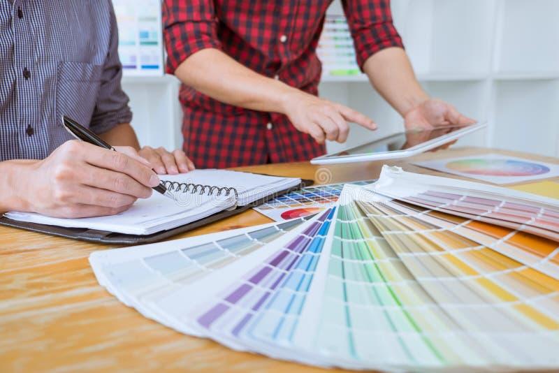 Команда творческой встречи график-дизайнера работая на новом проекте, выбирает цвет выбора и рисовать на планшете графиков с рабо иллюстрация вектора