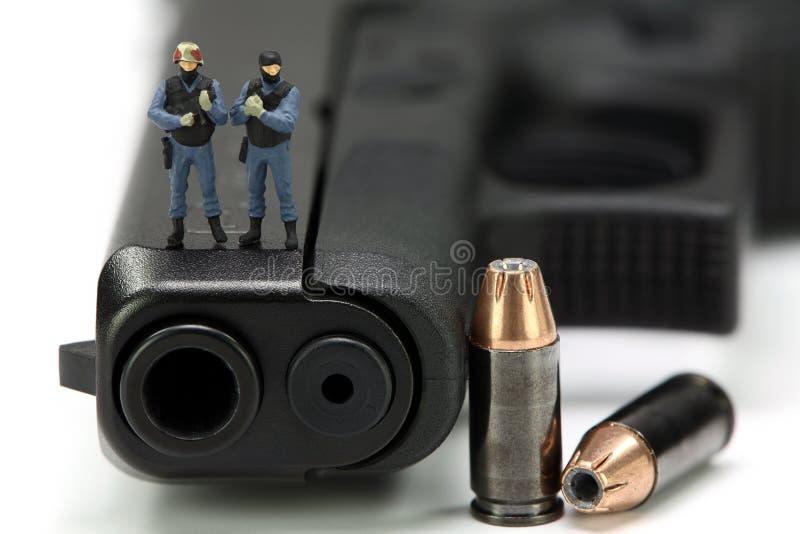 команда тяжёлого удара пушки миниатюрная стоящая стоковая фотография rf
