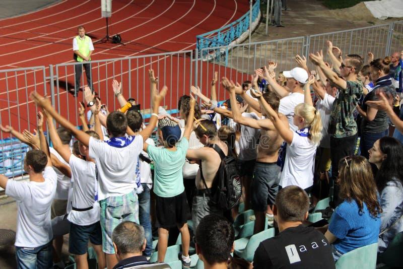 Команда футбольных болельщиков Desna Chernihiv во время спички стоковые фотографии rf
