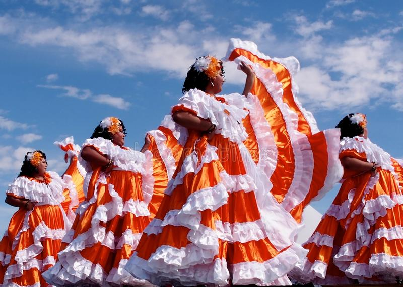 Команда центральных американских танцоров на фестивале наследия ` s Эдмонтона стоковые фотографии rf