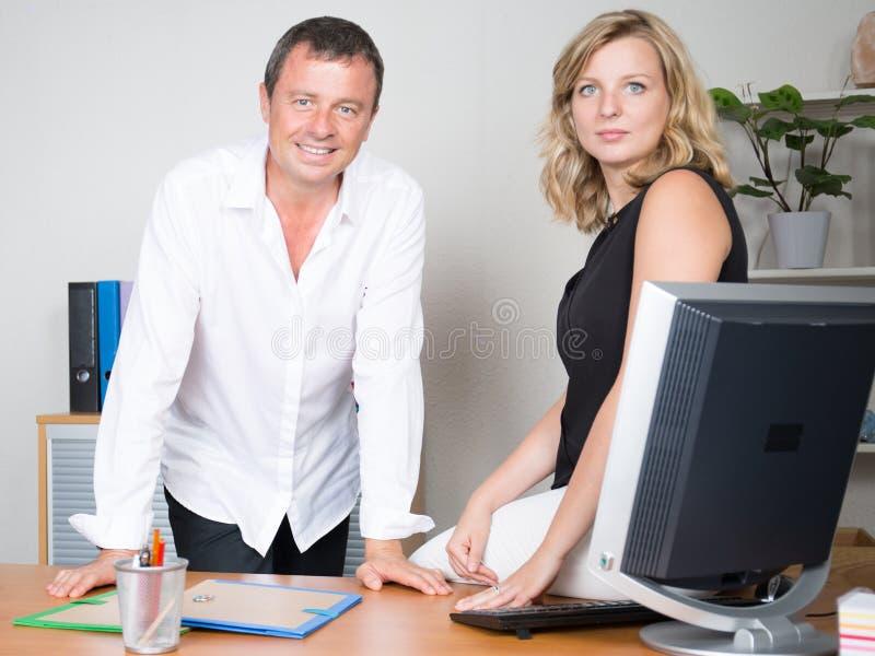 команда человека и женщины в встрече рабочего места стоковая фотография rf
