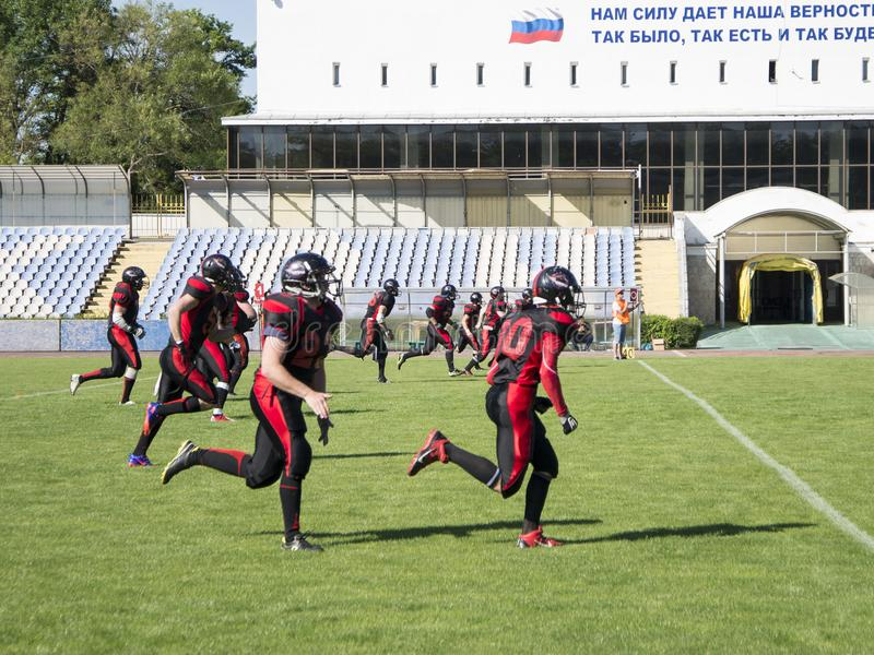 Команды для американского футбола против фона зеленого поля стоковые изображения