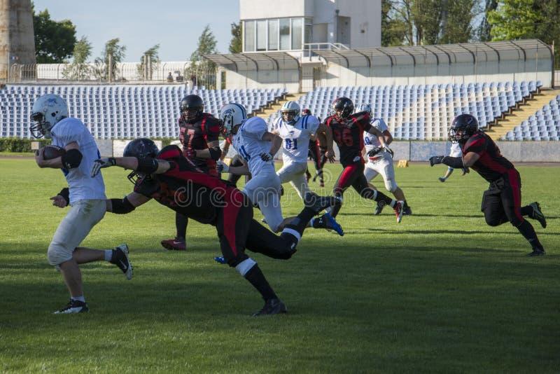 Команды для американского футбола против фона зеленого поля стоковое фото rf