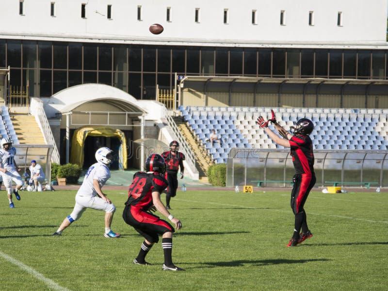 Команды для американского футбола против фона зеленого поля стоковое изображение