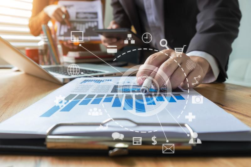 Команды для расчета финансовой информации для инвестиций в новые проекты стоковое изображение rf