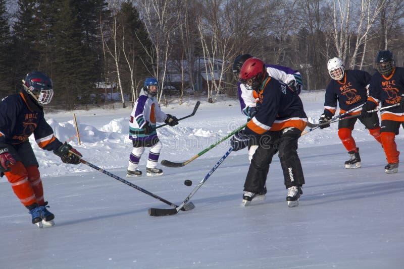 Команды ` s женщин состязаются в фестивале хоккея пруда в Rangeley стоковые изображения