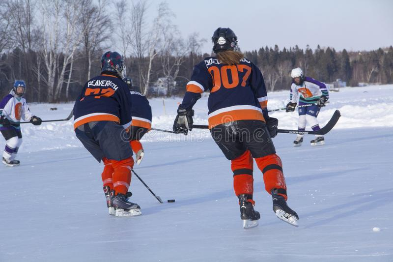 Команды ` s женщин состязаются в фестивале хоккея пруда в Rangeley стоковое фото