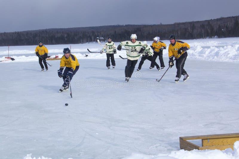 Команды ` s людей состязаются в фестивале хоккея пруда в Rangeley стоковое фото
