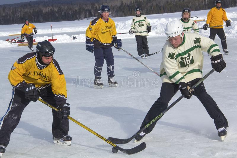 Команды ` s людей состязаются в фестивале хоккея пруда в Rangeley стоковые фото
