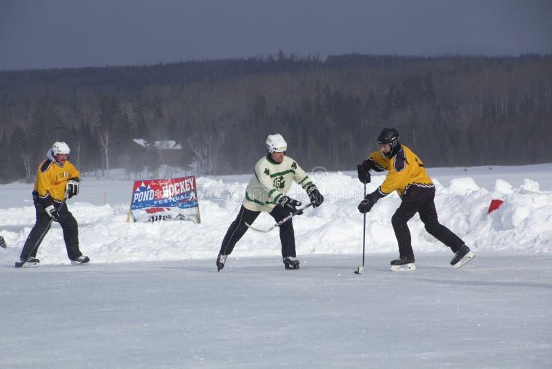 Команды ` s людей состязаются в фестивале хоккея пруда в Rangeley стоковая фотография