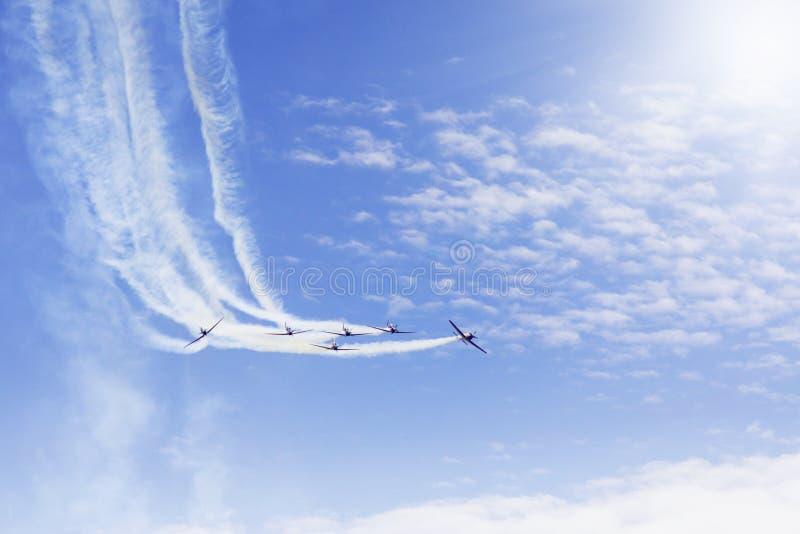 Команда аэробатик делая маневры на airshow стоковая фотография rf