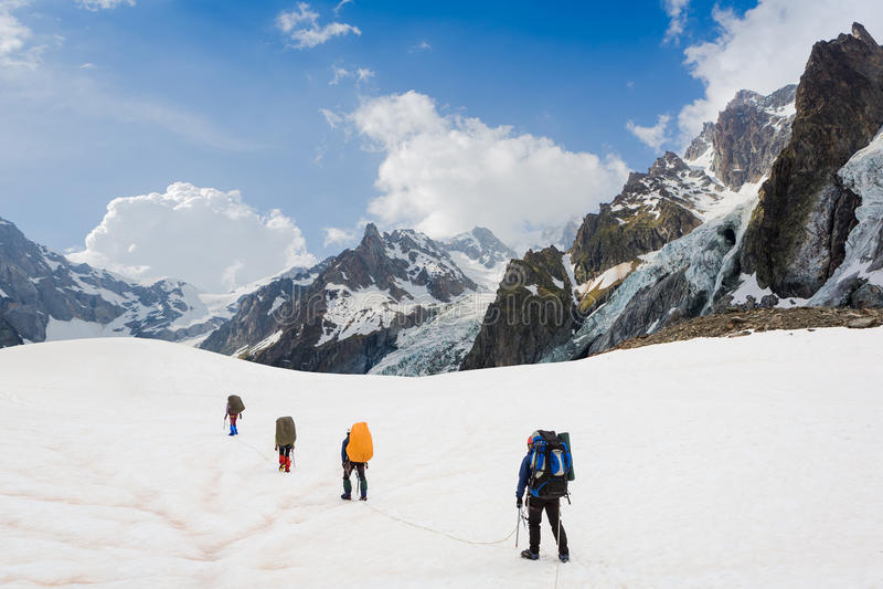 Команда альпинистов в походе. Альпы стоковые изображения