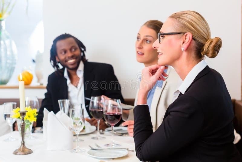 Команда бизнесменов имея обед стоковые изображения rf