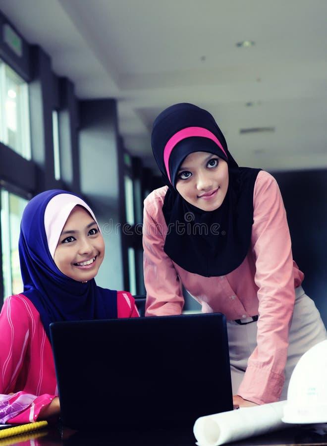 Команда 2 бизнес-леди на офисном здании стоковые фотографии rf