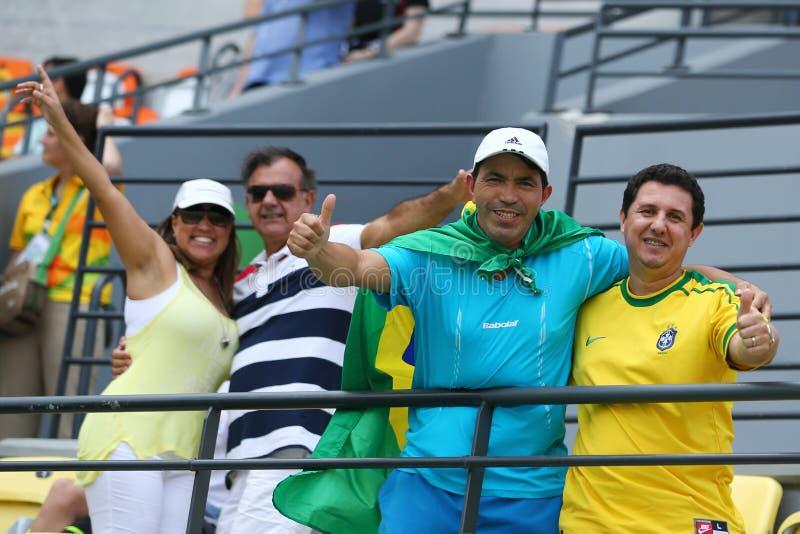 Команда Бразилия бразильских болельщиков поддерживая во время Рио 2016 Олимпийских Игр на олимпийском парке стоковая фотография