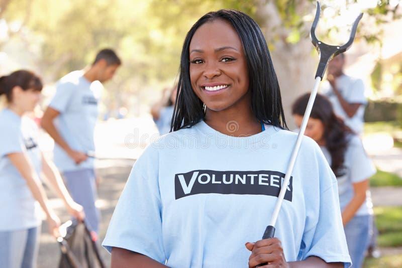 Команда волонтеров выбирая вверх сор в слободской улице стоковое фото