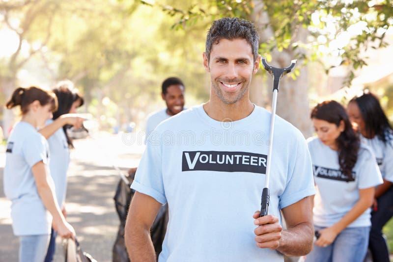 Команда волонтеров выбирая вверх сор в слободской улице стоковая фотография rf
